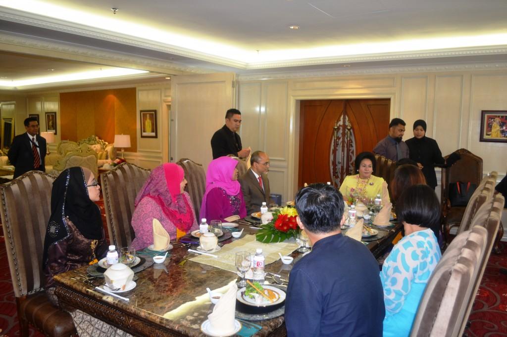 14. Datin Rosmah talking to President (hidden)