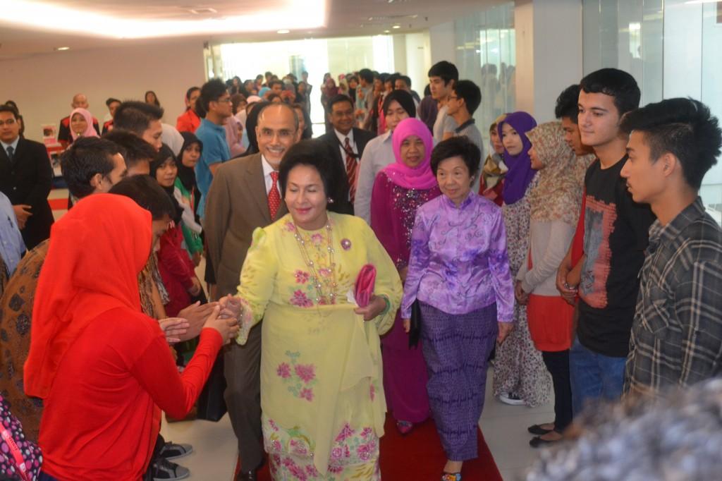 2. Datin Rosmah Greeting Participants